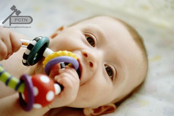 Bé cắn đồ chơi khi mọc răng