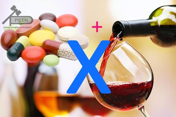 Không nên sử dụng thuốc chung với rượu
