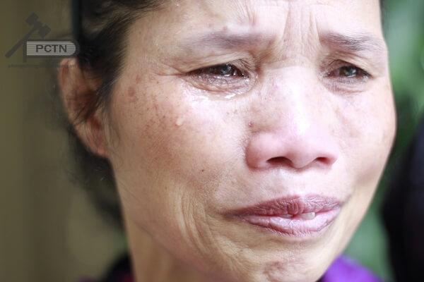 Cô Sáu mẹ em Linh khóc trong tuyệt vọng vì thương con