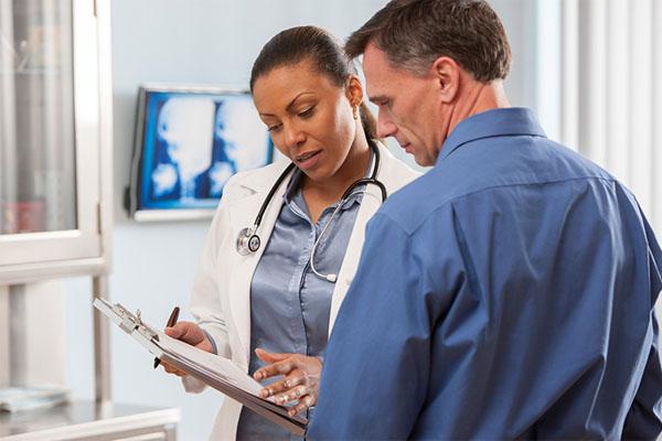 Bác sĩ tư vấn cho bệnh nhân sử dụng Milrixa