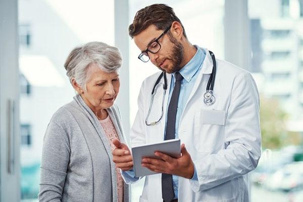 Bác sĩ tư vấn cho bệnh nhân sử dụng thuốc Obibebe