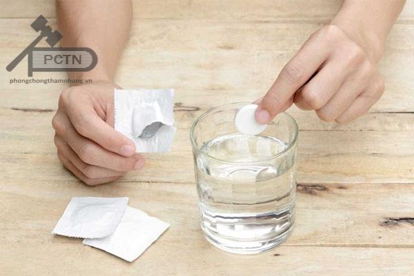 Bệnh nhân dùng viên thuốc Efferalgan Codein