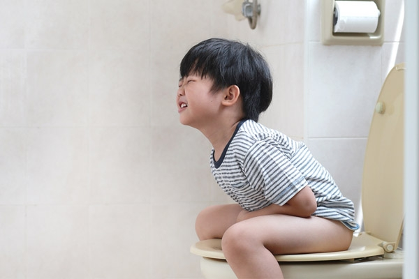 Trẻ bị táo bón rất khó chịu