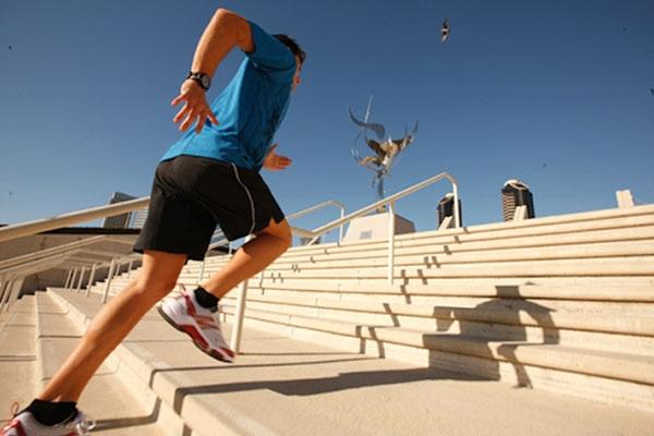 Chạy lên xuống cầu thang