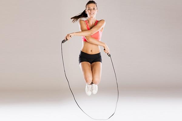 Nhảy dây vắt chéo là 1 trong những bài tập cardio